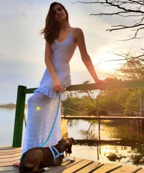 Vestido Lirio Azul Galeria Tricot usado por Camila Queiroz - Look do dia - lookdodia.com