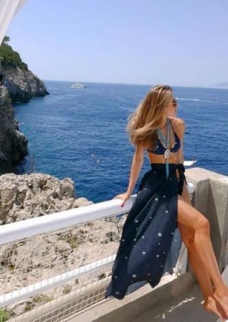 Camila Quintão veste HK Beachwear Saia Wrap Universe - Look do dia - lookdodia.com