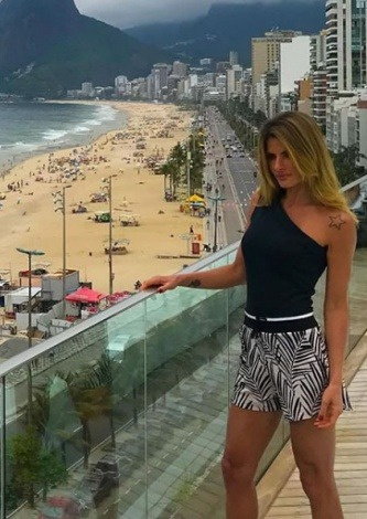 Carol Magalhaes veste Canal Body Assimétrico Preto - Look do dia - lookdodia.com