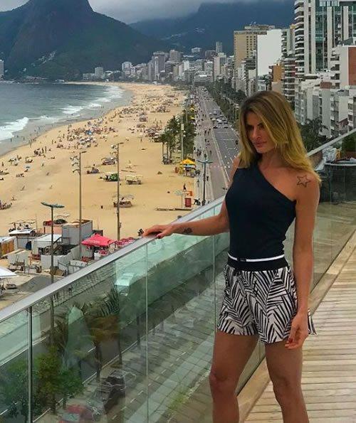 Carol Magalhaes veste Canal Body Assimétrico Preto - Look do dia - lookdodia.com