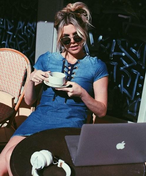 Julia Faria veste Damyller Vestido Curto Decote Amarraçao - Look do dia - lookdodia.com