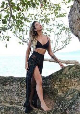 Gabriela Pugliesi veste Galeria Tricot Saida de Praia Preta - Look do dia - lookdodia.com