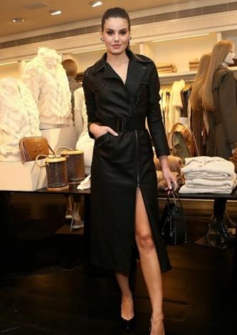 Camila Queiroz veste Lelis Blanc Casaco Tatiane Preto - Look do dia - lookdodia.com