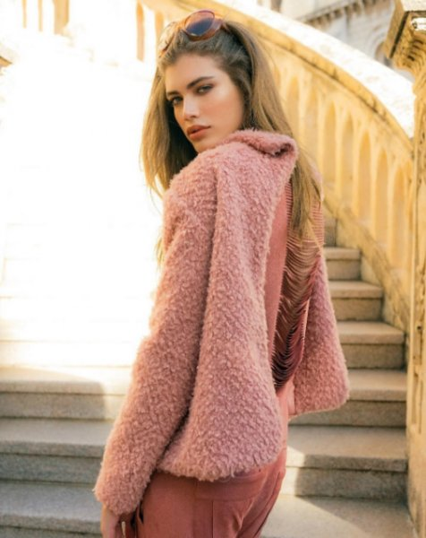 Valentina Sampaio veste MOB Casaco Flufy Rosa - Look do dia - lookdodia.com-02