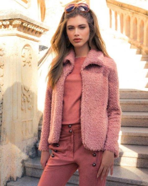 Valentina Sampaio veste MOB Casaco Flufy Rosa - Look do dia - lookdodia.com