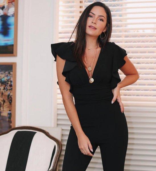 Luciana Tranchesi veste Zen Oficial: Macacão decote babado - Lookdodia