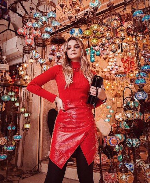 Thassia Naves veste Skazi - Saia Vinil Vermelha Assimetrica - Lookdodia - lookdodia.com